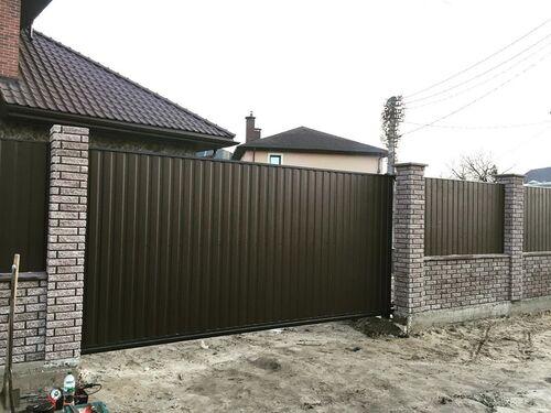 Забор из профлиста на кирпичных столбах