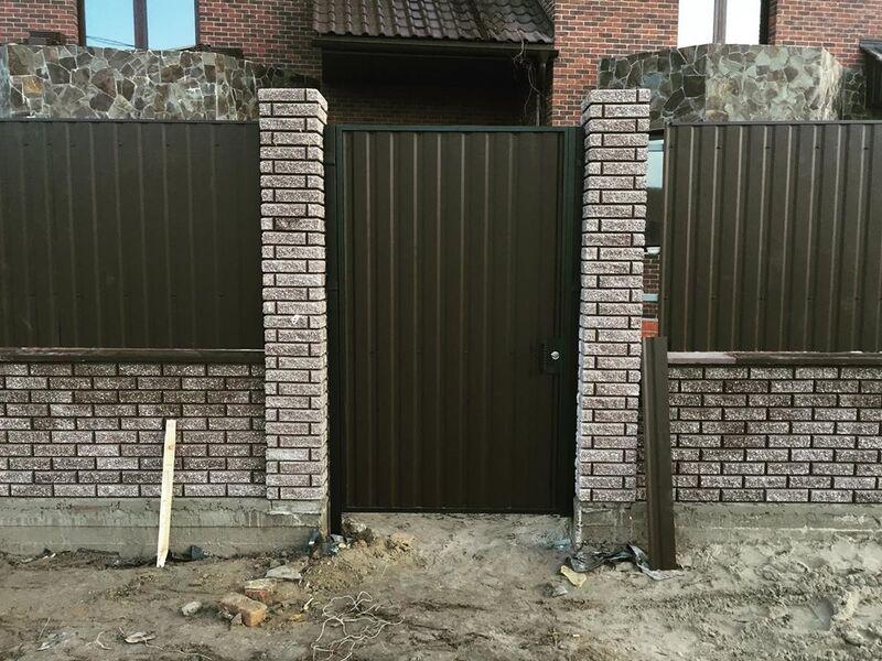 Забор из профлиста на кирпичных столбах   Фото - 1